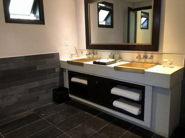 フュージョンマイアダナン_ジム建物にあるプール&ビーチエリアのトイレ男性用洗面スペース