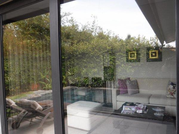 フュージョンマイアダナン部屋_客室プライベートプールから客室を覗く