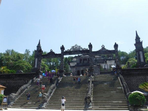 ベトナムフエ1日観光|世界遺産カイディン帝廟_入り口階段