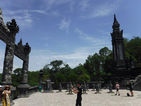 ベトナムフエ1日観光|世界遺産カイディン帝廟_1段目の階段を登った広場左