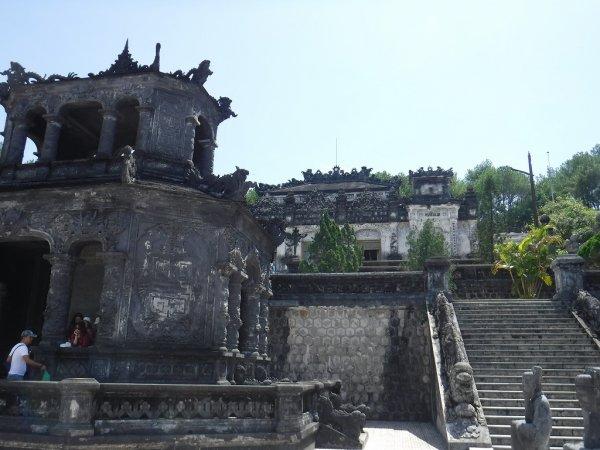 ベトナムフエ1日観光|世界遺産カイディン帝廟_1段目の階段を登った広場から上を見る