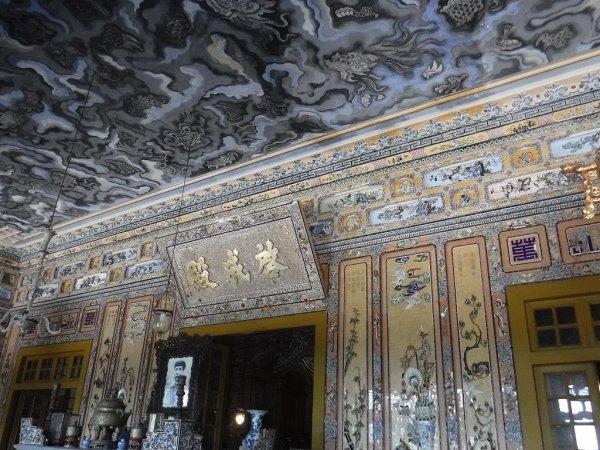 ベトナムフエ1日観光|世界遺産カイディン帝廟_内部壁装飾2