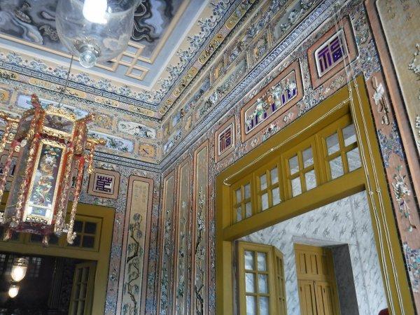 ベトナムフエ1日観光|世界遺産カイディン帝廟_内部壁装飾