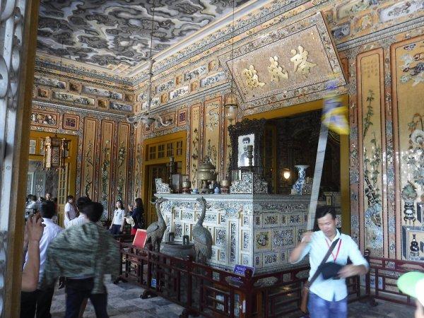 ベトナムフエ1日観光|世界遺産カイディン帝廟_内部入り口の装飾