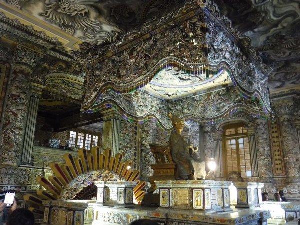 ベトナムフエ1日観光|世界遺産カイディン帝廟_内部装飾の様子