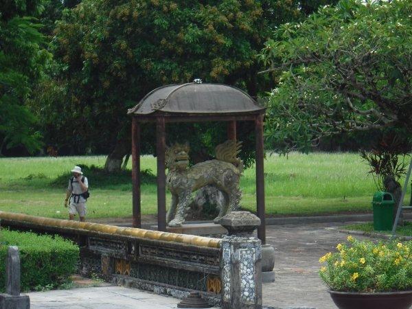 ベトナムフエ1日観光|世界遺産グエン朝王宮_敷地内部の狛犬