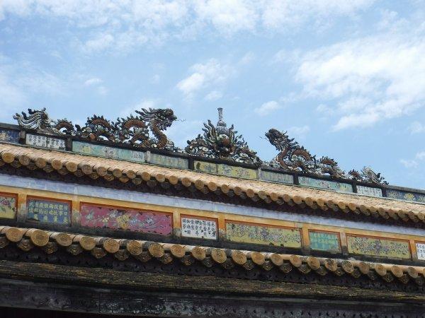 ベトナムフエ1日観光|世界遺産グエン朝王宮_王宮内部入り口上部の飾り