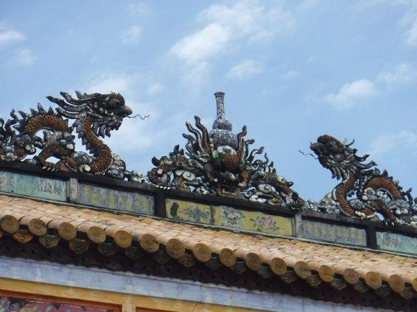 ベトナムフエ1日観光|世界遺産グエン朝王宮_王宮内部入り口上部の飾り 太陽と龍