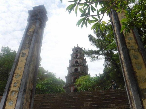 ベトナムフエ1日観光|世界遺産ティエンムー寺_七重塔入り口