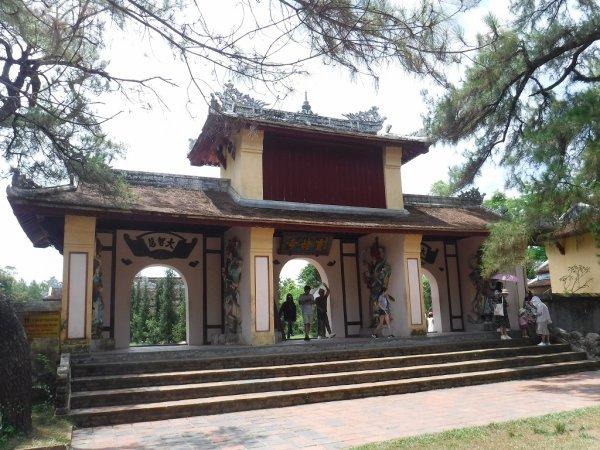 ベトナムフエ1日観光|世界遺産ティエンムー寺_門