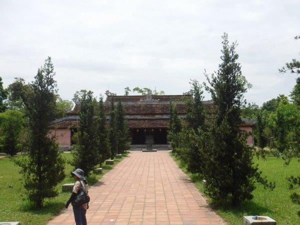 ベトナムフエ1日観光|世界遺産ティエンムー寺_お庭と本殿