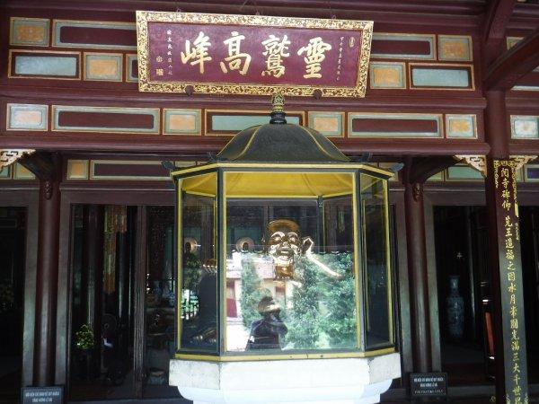 ベトナムフエ1日観光|世界遺産ティエンムー寺_本殿入り口の布袋像