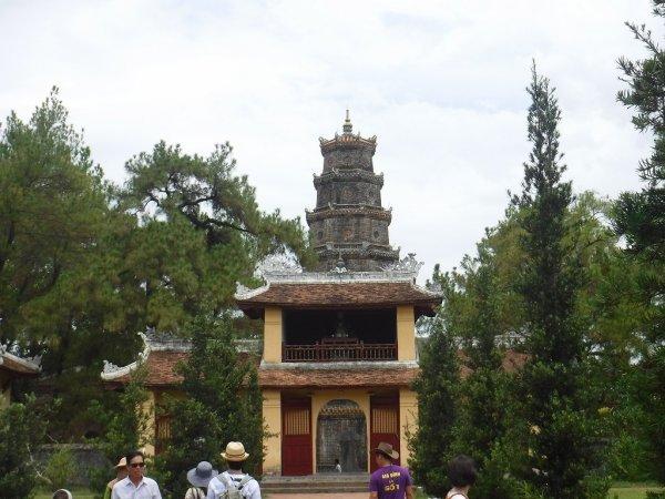 ベトナムフエ1日観光|世界遺産ティエンムー寺_敷地内から七重塔を見る