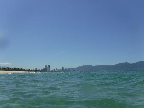 フュージョンマイアダナン_ビーチの海からダナンの街を見る