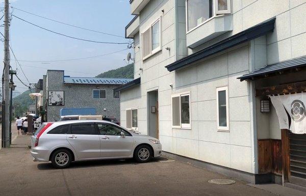 美国町富久寿司の駐車場から見た田村岩太郎商店