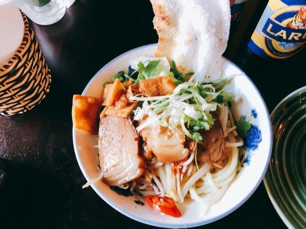 ホイアン旧市街にあるモーニンググローリーのご飯_麺料理カオラウCao Lauアップ