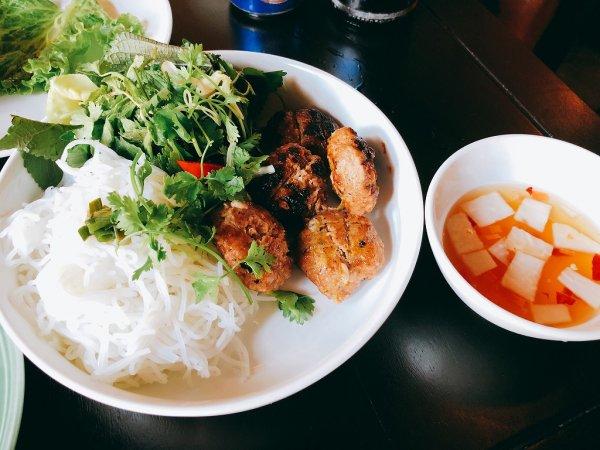ホイアン旧市街にあるモーニンググローリーのご飯_麺料理ブンチャBun Cha