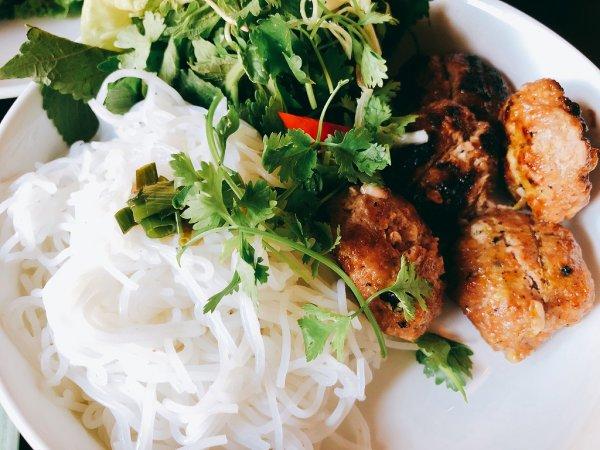 ホイアン旧市街にあるモーニンググローリーのご飯_麺料理ブンチャBun Chaアップ