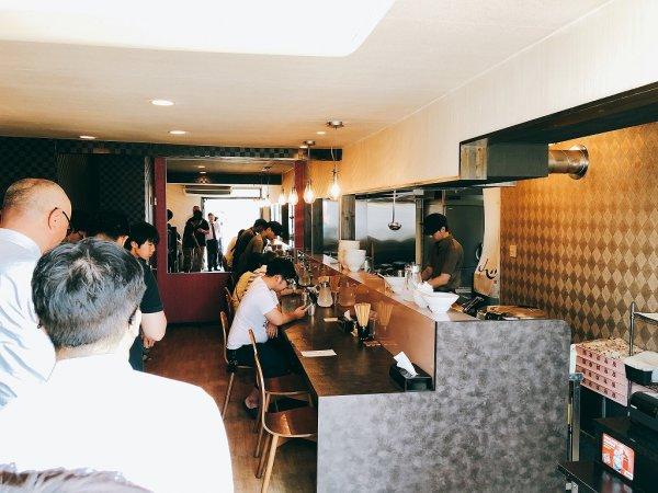 千歳ラーメン麺や麗(めんや れい)_お店入り口から店内を見たところ