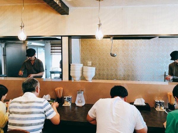 千歳ラーメン麺や麗(めんや れい)_カウンター内で働く主人と従業員