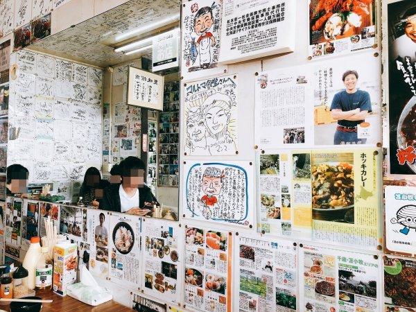 苫小牧ホッキカレーで有名なマルトマ食堂 店内壁の色紙など