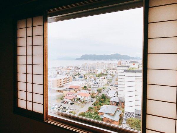湯の川温泉望楼NOGUCHI函館12階1202「月見の間」_和室窓からの函館山と函館湾の長め