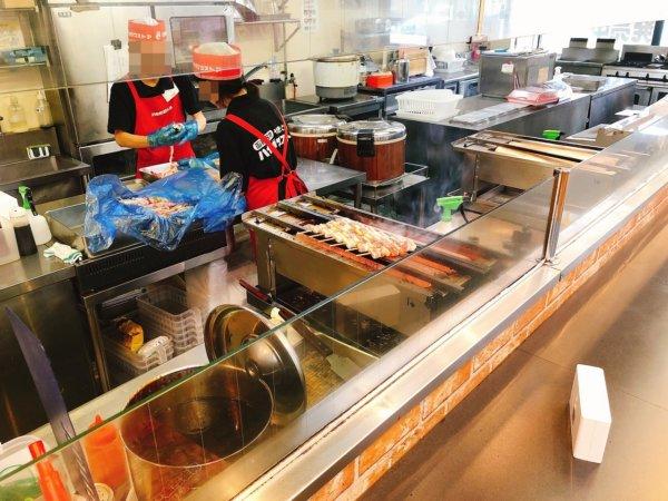 函館AM半日観光_函館やきとり弁当をハセガワストア_オーダー後に焼き鳥を焼く