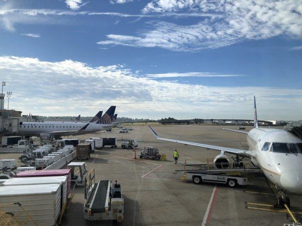 【メキシコ旅行】プエルトバジャルタの行き方_ヒューストン国際空港乗り継ぎターミナル_UNITEDラウンジから見たUNITED飛行機