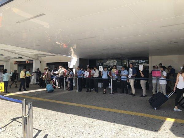 メキシコ・プエルトバジャルタPVR空港_送迎待ちの人々