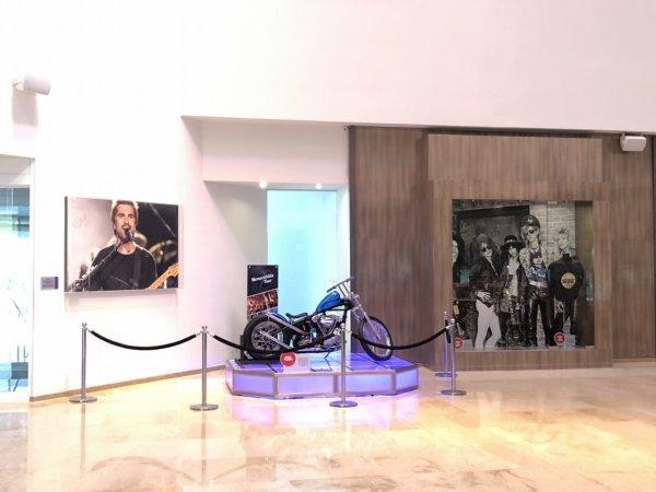 メキシコ_ハードロックホテルバリャルタ_ロビーにあったバイクとギター展示