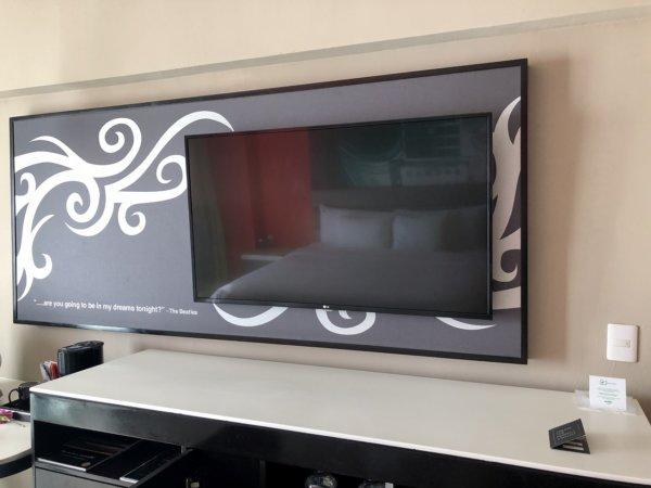 ハードロックホテルバリャルタのデラックスゴールドルーム_壁付けテレビ