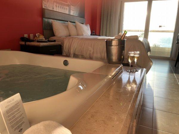 ハードロックホテルバリャルタのデラックスゴールドルーム_客室ジェットバスでスパークリングワイン