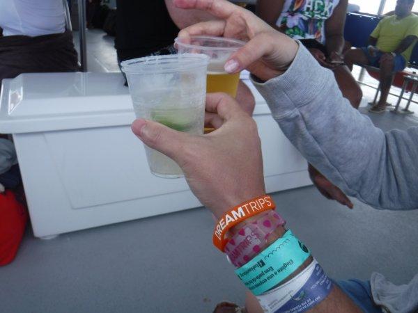 ワールドベンチャーズDreamTripsにセットされていたマリエタス諸島ツアーMARIESTA ECO-DISCOVERRY_船で飲むビールとカクテル