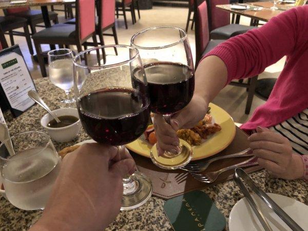 ハードロックホテルバリャルタのディナーレストラン_ブラジル料理 IPANEMA_赤ワインで乾杯