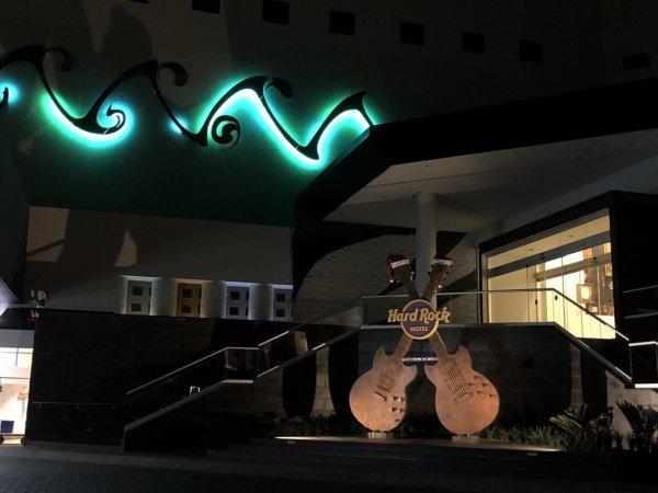 ハードロックホテルバリャルタ_玄関エントランスのギターオブジェライトアップ2