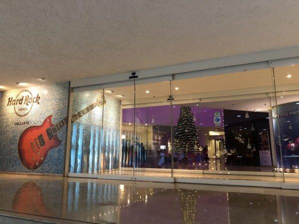 ハードロックホテルバリャルタ_玄関のモザイクタイルで描かれたギター