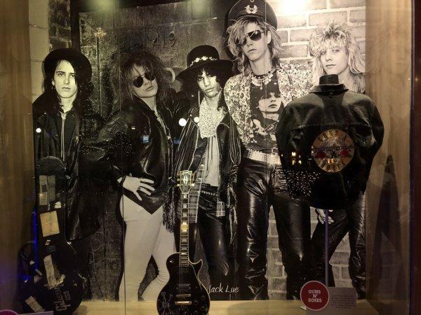 ハードロックホテルバリャルタ_展示物_GUN'Z ROSESのギターと革ジャン