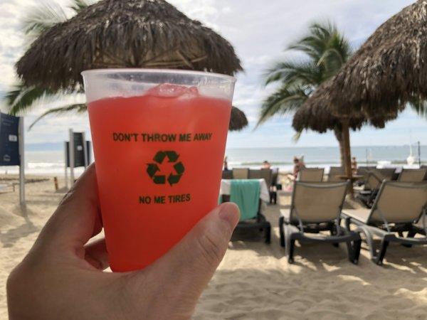 ハードロックホテルバリャルタのビーチでオールインクルーシブプランのテキーラサンライズを飲む