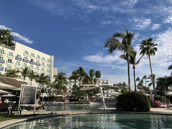ハードロックホテルバリャルタのプール全景