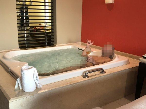 ハードロックホテルバリャルタ_ルームサービスでスパークリングワインをジャグジーと楽しむ