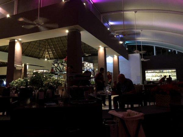 ハードロックホテルバリャルタのディナーレストラン_イタリアン CIAO_テーブル席