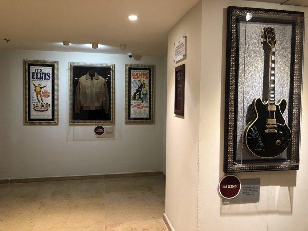 ハードロックホテルバリャルタ_展示物_BB KINGのギターとエルヴィス・プレスリーのシャツ