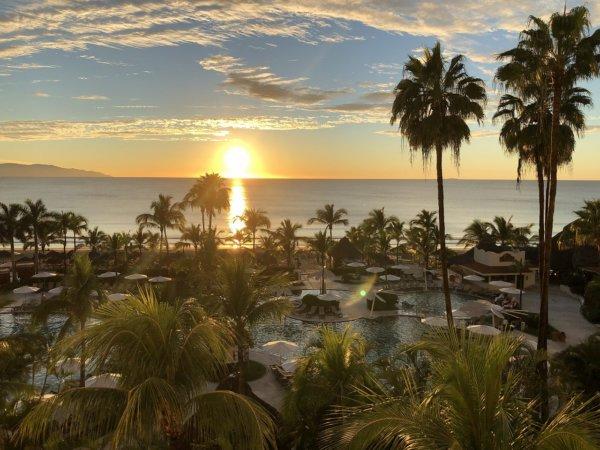 ハードロックホテルバリャルタのお部屋から見た太平洋に沈む夕日1