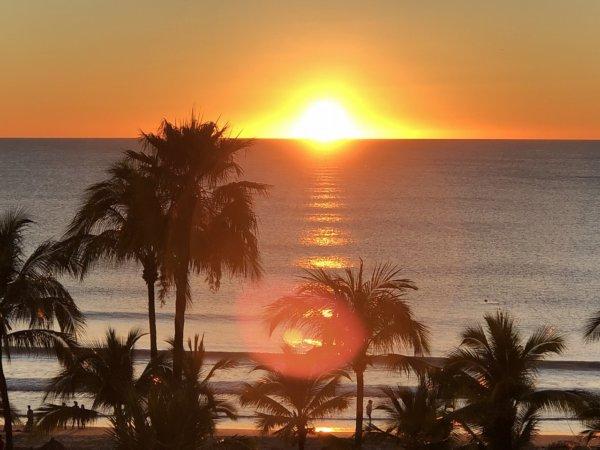 ハードロックホテルバリャルタのお部屋から見た太平洋に沈む夕日3