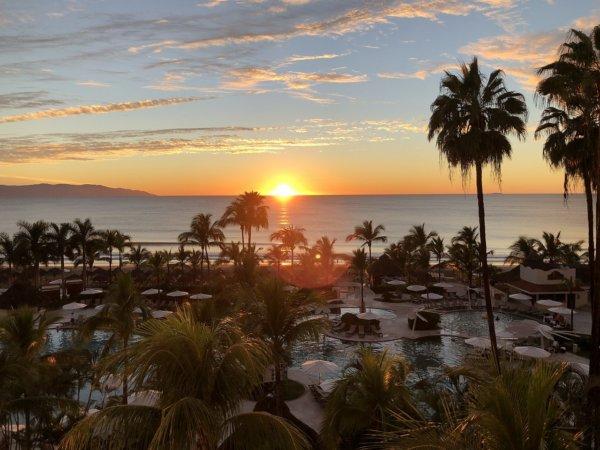 ハードロックホテルバリャルタのお部屋から見た太平洋に沈む夕日2