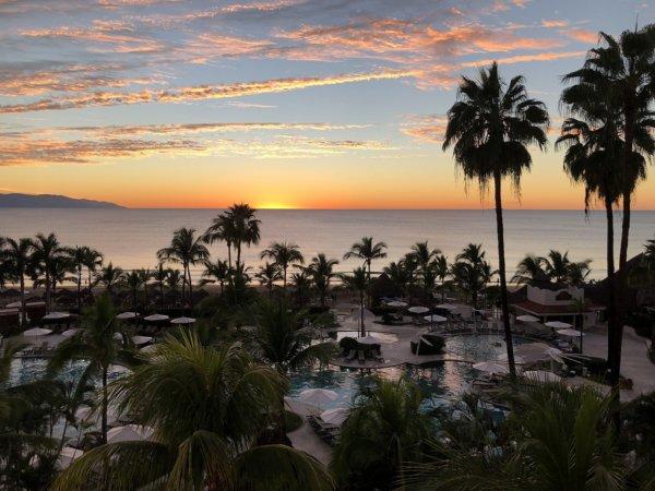 ハードロックホテルバリャルタのお部屋から見た太平洋に沈む夕日4