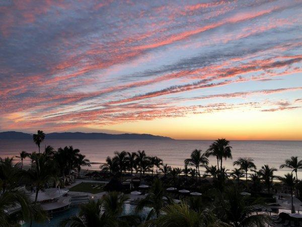 ハードロックホテルバリャルタのお部屋から見た太平洋に沈む夕日5