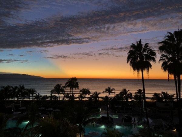 ハードロックホテルバリャルタのお部屋から見た太平洋に沈む夕日6