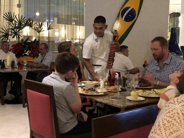 ハードロックホテルバリャルタのディナーレストラン_ブラジル料理 IPANEMA_シュラス料理コウェイター配膳中1