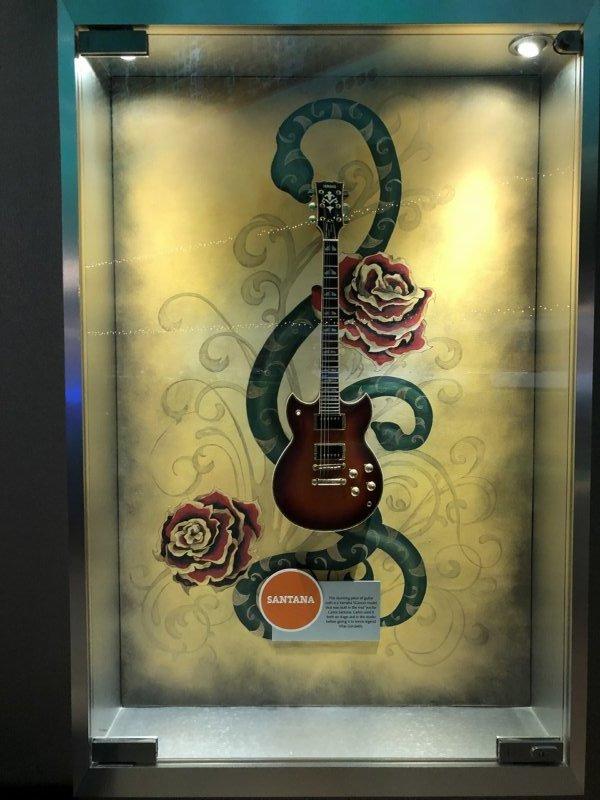 ハードロックホテルバリャルタ_展示物_サンタナのギター